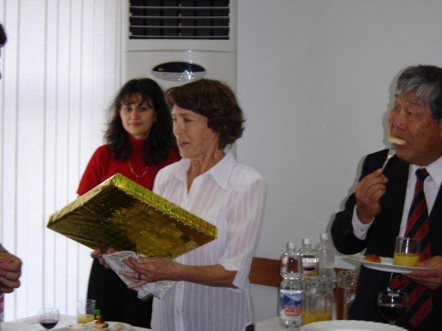 Директор Зоологического музея ДВГУ М.Г. Казыханова          вручает подарок ДВМО.